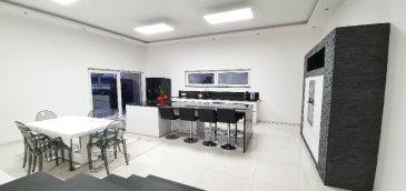 Très belle maison moderne sur Sarreguemines. Très belle maison individuelle neuve de 160 m² comprenant un hall d\'entrée, un espace de vie d\'environ 42 m² avec une cuisine ouverte sur le séjour et d\'un salon de 27 m², une salle de bain, de 3 chambres dont une suite parentale avec une douche à l\'italienne, d\'une buanderie et d\'un garage pour 2 voitures.<br/>Elle dispose d\'un adoucisseur d\'eau, d\'un chauffage au sol au gaz et d\'un ballon d\'eau chaude thermodynamique.