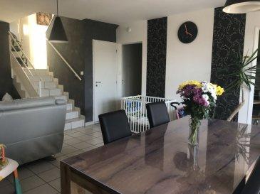 MAISON 4 - TOUL. A Toul,  posez vos valises dans une agréable maison en demis-niveaux vous offrant un très beau séjour ( 30m² ) donnant sur une cuisine équipée, 3 chambres dont une avec balcon, salle de bains. Vous disposerez également d'un bel extérieur avec terrasse et d'un garage. A voir ! Prix: 157 000 euros FAI, frais d'agence à la charge du vendeur.- barème honoraires : www.tfimmo.com /nos-honoraires.php - Contact : 06.68.08.05.71 - egerardin.tfimmo@gmail.com