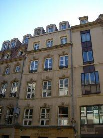 Rue Serpenoise, en hyper centre, au 4ème étage avec ascenseur, bel appartement 4 pièces de 93m² comprenant une entrée, une cuisine, un vaste salon-séjour, deux chambres, une salle d'eau, WC. Chauffage électrique. Cave. Disponible à compter du 01 Juin 2020