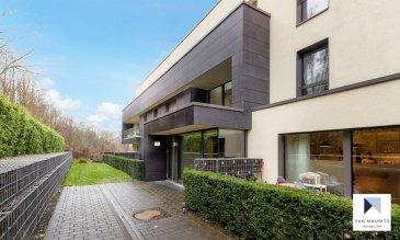 Ce luxueux appartement se trouve au 1er étage (entrée de l'immeuble et au 3ème coté de l'appartement) d'un immeuble de standing datant de 2014. Situé sur les hauteurs de Dommeldange, il bénéficie d'une orientation au sud avec une belle vue sur la forêt et d'un accès rapide au centre-ville de Luxembourg et au Kirchberg.  Au 1er étage avec ascenseur: d'une entrée avec un placard qui donne sur l'espace de vie ouverte de ± 60m² (coin salon ± 27m² / coin cuisine ± 13m² / coin salle à manger ± 20m²); d'une chambre de 16m² avec sa salle de bain de ± 6m²; d'une chambre de 14m² ayant chacune de grands placards; d'une salle de douche avec wc de ± 4m²; d'une buanderie/ débarras.  Au rez-de-chaussée: d'une entrée sécurisée (double sasse, vidéophone)  Au sous-sol: d'un emplacement de parking de ± 18m²(n° 24) ; d'une cave ventilée de ± 7m²; d'un local vélos sécurisé; d'une buanderie commune.  Généralités:  Immeuble et appartement de haut standing entièrement équipé Parfait état Calme Porte blindée Proximité de la ville, de la forêt, écoles, crèche, commerces  Loyer mensuel :  € 2.600,- Charges           :  €    250,- Caution            :  € 5.200,- Frais agence   :  € 3.042,- (TTC)  CONTACT : Jimmy de Brabant - +352 661 167 494