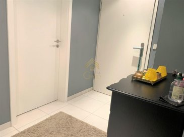 Real G Immo vous propose en location ce bel appartement de +/-60m² situé dans un quartier calme de Differdange restant proche de toutes commodités.<br><br>Ce bien se compose comme suit:<br>- Un hall d\'entrée,<br>- Une cuisine équipée ouverte sur le living donnant accès à un balcon,<br>- Une chambre à coucher,<br>- Une salle de bain.<br>À ce bien s\'ajoutent une cave privative, une buanderie commune et un emplacement intérieur.<br><br>Informations complémentaires:<br>- Loyer : 1.000€<br>- Charges: 250€<br>- Caution: 2.000€<br>- Frais d\'agence: 1.000€+17%TVA<br><br>Disponibilité au 1er Avril 2021.<br><br>Pour plus de renseignements ou une visite (visites également possibles le samedi sur rdv), veuillez contacter le 28.66.39.1.<br>