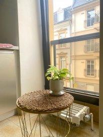 Au  coeur du quartier de Limpertsberg à Luxembourg-Ville, proche de toutes commodités, NEWHOUSE Bureau Immobilier vous propose à la location un charmant appartement partiellement meublé.  Il dispose d'une salle de bains, d'une cuisine séparée, d'une chambre et d'une agréable pièce à vivre ainsi que d'un hall d'entrée.  Dans la résidence très bien tenue, vous aurez aussi une cave privative, un emplacement de voiture intérieur et l'accès à une buanderie commune.  La garantie locative équivaut à 2 mois de loyer et charges.  Pour de plus amples informations, vous pouvez nous contacter par e-mail auprès de contact@new-house.lu ou par téléphone au +352 621319510 ou +352 26787653.  Nos honoraires sont affichés hors TVA 17% et sont à charge du locataire.
