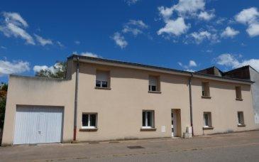 NOUS VENDONS à VAUDRECHING (Moselle),  Une maison de village mitoyenne d\'un seul côté établie sur un terrain de 3a13.  Il s\'agit d\'une construction qui a été intégralement rénovée pour offrir dans sa configuration actuelle une surface habitable totale de 169 m2 en plain-pied et étage.  En plain-pied :  Une cuisine et séjour de 23 m2. Un salon de 21,66 m2 Une chambre avec dressing de 18 m2 Une salle de bains complète (douche, baignoire) de 8,67 m2 WC séparé.  A l\'étage :  Quatre chambres carrelées de 15,38 – 17,41 – 17 – 11,50 m2 Une salle d\'eau (douche) et WC  Avec un garage pour une voiture  Si une cuisine aménagée reste à installer, il n\'y a absolument aucuns autres travaux à prévoir. L\'ensemble est superbement rénové aux goûts contemporains.  *** Toiture neuve *** Installation électrique rénovée et aux normes *** Fenêtres neuves en DV sur châssis PVC OB *** Portes avant et arrière neuves *** Chauffage au gaz naturel, chaudière neuve. *** Murs isolés de l\'intérieur. *** Tous les murs sont blancs, prêts à décorer. *** Toutes les pièces sont carrelées.  L\'ensemble est de très belle facture.  LE BIEN EST IMMEDIATEMENT DISPONIBLE  CONTACT :  Gérard STOULIG – Agent commercial au : 06 03 40 33 55  NB : Les frais d\'agence sont inclus dans le prix annoncé.