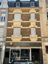 !!! AVIS AUX INVESTISSEURS !!!  A vendre IMMEUBLE DE RAPPORT situé au centre ville - 750 mètres de la gare centrale - surface habitable de +/- 150m2, sur 3 étages (sans ascenseurs)  + surface commerciale de 50m2.  Rez-de-chaussée : local de commerce - 2 pièces (loué actuellement à un salon de coiffure) avec toilette séparée et accès à la cour de l'immeuble  1er étage: 1 appartement avec une grande chambre (2 chambres possible), cuisine, salle à manger 2ème étage: 2 chambres à coucher, salle de bains, cuisine. 3ème: 3 chambres  Sous-sol : 3 grandes caves avec salle de bains  Entre les différentes étages se trouvent les toilettes et les salles de douche.  Potentialités pour un investisseur : - 1 local de commerce (transformable en appartement) - 2 appartements - 1 duplex (possibilité d'utiliser les combles)  Rendement locatif intéressant (après rénovation) : +/- 4.800 € / mois   Pour plus d'informations :   LX2 Immo Antonio : +352 691 303 720 Christian : +352 621 267 750