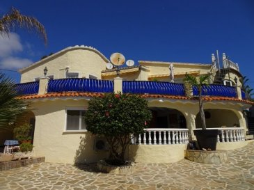Grosse Traumvilla in Topzustand an der Costa Blanca, in Dénia, mit viel Sonne und einem tollen Blick auf den Montgo.  Die Villa liegt in einem sehr ruhigen Teil von Dénia, unweit vom Strand mit Traumblick ( Südseite ) auf den Montgo. Der Garten wurde über die Jahre sehr schön angelegt und es finden sich viele romantische Plätze rund um das Haus. Es gibt einen grossen Pool, einen Whirlpool und verschiedene Terrassen und Balkone. Von der Dachterrasse hat man einen unglaublichen Rundumblick. Durch den Haupteingang gelangt man in ein sehr grosszügiges Wohn/Esszimmer mit grossem Kamin und Zugang zum grossen Balkon mit Traumblick auf das Grundstück und den Berg. Des Weiteren befinden sich die moderne Einbauküche, 2 Schlafzimmer und 2 Bäder ebenfalls auf dieser Etage. Im unteren Stockwerg liegen 2 Gäste-Appartements mit insgesamt 3 Schlafzimmern und jeweils ein Badezimmer. Ein Appartement verfügt über eine kleine Küche. Von hier gelangt man ebenfalls über eine grosse überdeckte Terrasse in den awunderschönen Garten und zum Pool. Die ganze Anlage ist behindertengerecht aufgebaut und verfügt über einen Aussenaufzug für Rollstuhlfahrer. Es gibt eine getrennt Waschküche, eine Aussenküche, einen Carport und verschiedene Kellerräume im Untergeschoss. Das Anwesen kann für eine grosse Familie genutzt werden oder auch, unter Beachtung der gesetzlichen Bestimmungen ganz oder teilweise vermietet werden.  Dénia gehört zu den Perlen an der Costa Blanca. Leicht zu erreichen über die Autobahn und den 2 Flughäfen, Alicante/Valencia, liegt die Stadt an dem imposanten Bergmassif Montgo (750m) direkt am Meer. Im Sommer wie auch im Winter herrschen hier traumhafte Temperaturen und auf Grund der Grösse der Stadt ist hier rund ums Jahr alles geöffnet. Im Fährhafen gibt es täglich Verbindungen nach Mallorca, Ibiza und Formentera. Die grossen langen Sandstrände im Norden der Stadt laden genauso zur Erholung ein wie die felsigen Buchten der Costa Blanca im Süden. Rund um die Stadt finden sich mode