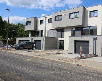 Sigelux Real Estate vous propose à la location cette maison mitoyenne, construite en 2019, située au 37, rue Mathias Birthon L-1236 Gasperich  Surface habitable +/- 201m2  Elle se compose comme suit : - Living et salle à manger de 34,31m2 avec terrasse surélevée - Cuisine équipée AEG, séparée, avec coin repas, terrasse de 15m2 - 4 chambres ( 16,02m2; 15,27m2; 16,21m2; et 14,94m2) - 1 salle d'eau avec baignoire, double lavabo et wc - 2 salles de douche + un wc - 2 toilettes séparées - Escalier en colimaçon, terrasse, et jardin - Chauffage au sol - Revêtement au sols, pierre naturelle et parquet - Panneaux solaires - Antenne parabolique - 3 débarras  Loyer : 4800 euros Garantie bancaire : 3 mois Frais d'agence 1 mois + 17% TVA  DISPONIBLE IMMEDIATE  Pour plus de renseignement ou un Rendez-vous pour visiter contactez : SIGELUX : 46 71 31 ou info@sigelux.lu