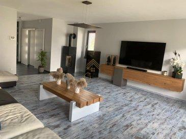 REAL G IMMO a le plaisir de vous proposer cette spacieuse maison libre des 3 côtés de +/- 200 m² et construite à 2012.<br><br>Érigée sur un terrain de 2,2 ares, cette maison vous offre d\'agréables espaces de vie. <br><br>Au rez-de-chaussée, vous trouverez un large salon de 32,45 m² avec poêle à bois, un débarras, un wc séparé. <br><br>Au rez-de-jardin : une cuisine équipée de +/- 40 m² avec accès à la terrasse et au jardin, un wc séparé et un débarras.<br><br>Au 1er étage : 2 chambres à coucher et une salle de bain (douche et baignoire).<br><br>Au 2ième étage : 2 chambres à coucher et une salle de douche.<br><br>S\'ajoutent également: une cave, une buanderie, garage pour 2 voitures et une place de parking extérieur. <br><br>Real G Immo vous accompagne dans toutes vos démarches administratives et financières, si besoin.<br><br>Pour plus de renseignements ou une visite des lieux (également possibles le samedi sur rdv), veuillez nous contacter au 28.66.39.1.
