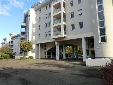 Appartement 3 pièces de 67 m2 en très bon état Situé à Strasbourg - Poteries Dans un immeuble construit en 2007 avec ascenseur   Vous y trouverez un grand séjour de 25m2 avec accès au balcon; une cuisine équipée, deux chambres de 10m2 et 12m2 ainsi qu'une salle de bain avec baignoire et des wc séparés.  L'appartement bénéficie également de deux garages en sous-sol et d'une cave  Honor. 4% inclus. Copropriété de 26 lots principaux. Montant moyen mensuel de la quote-part du budget prévisionnel à la charge du vendeur pour les dépenses courantes : 200 euros avec chauffage et eau compris
