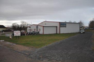 A LOUER  Situé dans une zone industrielle à CHANTEHEUX, à côté de l'intermarché. Bonne visibilité.   Belle surface de vente, plus de 190m2 comprenant une partie vente et une partie bureau.   Possibilité d'installer un atelier mécanique (grand rideau de fer sur l'arrière pour rentrer des véhicules).