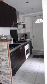 Au calme, appartement en rdc avec entrée individuelle, comprenant cuisine, séjour, 1 chambre, salle d'eau avec WC et jardin.