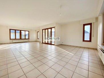 Schaus Immobilier propose à la location ce grand appartement lumineux sis au deuxième étage d\'une résidence sans ascenseur, se composant comme suit :<br><br>-Hall d\'entrée<br>-Salon/salle à manger avec accès au balcon<br>-Cuisine équipée et aménagée<br>-WC séparé<br>-Première chambre d\'une surface d\'environ 11,15m2 équipée d\'une armoire intégrée.<br>-Deuxième chambre d\'une surface d\'environ 12,05m2 équipée d\'une armoire intégrée.<br>-Troisième chambre parentale d\'une surface d\'environ 15,75m2 avec salle de bains attenante.<br>-Une salle de douche avec WC.<br><br>Le bien est complété par :<br>-Une cave d\'une surface d\'environ 12,30m2 avec espace buanderie privative.<br>-Un garage avec porte motorisée<br>-Un emplacement extérieur devant le garage.<br><br>Nous sommes à votre disposition pour tout renseignement complémentaire.<br><br>Les honoraires de négociation s\'élèvent à un mois de loyer augmenté de la TVA de 17% en vigueur.<br>
