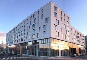 **APPARTEMENT NEUF  **  Disponible au 01-10-17 ** Bel appartement lumineux , 2 chambres à coucher au 3ème étage dans nouvelle résidence «JAZZ» de conception très moderne (basse consommation d'énergie-AAA)  située au cœur du nouveau quartier ESCH-BELVAL.  L'appartement se compose comme suit:  (voir le plan en annexe) ============================== -  Hall d'entrée  -  Grand Séjour ouvert sur cuisine moderne équipée (34,00 m²) -  2 grandes chambres à coucher (15,40 m² , 15.50 m²) -  Salle de bains avec baignoire/ douche  et WC suspendu -  WC séparé    - Cave privative (n 52)  - Buanderie commune  - Local vélo , poussettes.  -  1 Parking intérieur privatif  (n 115)  - Appartement entièrement équipé en luminaires (LED) - Store électrique extérieur    Idéallement situé car proche de toutes commodités:  Uni Lux, Lycée Belval, Gare Belval-Université, Centre commercial, Supermarché, Cinéma, Restaurants etc..   Detail de location: ============= Loyer:             1.350  € Charges:           200   € Garantie locative: 2.700  €  (2 mois de loyer) Frais d'agence:     1.579 €  (1 mois de loyer +17% Tva)  Ref agence :1722757