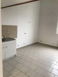 REF: 5842  Appartement de 35m² en rez-de-chaussée sans voisin au dessous et au dessus sans extérieur secteur Berck Plage Nord.  Entrée, séjour avec coin cuisine non équipée, salle d\'eau avec wc et 1 chambre en mezzanine.  Loyer: 330 € Charges: 40 € (eau et edf en supplément)  1 mois de caution + frais d\'agence: 385 €  Libre   Réf: 5842