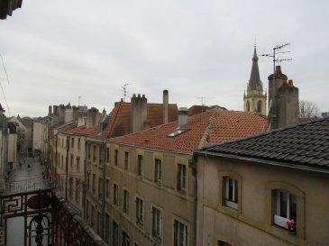 Centre-ville de Metz, au 35 Place du Quarteau, au troisième étage, appartement quatre pièces de 74m² avec balcon, comprenant une entrée, une cuisine, un séjour, trois chambres, une salle de bains et un wc. Chauffage individuel au gaz.  Honoraires d'agence selon LOI ALUR 618 € pour la constitution du dossier, la rédaction du bail 3€/m² pour l'état des lieux, soit: 222 € Soit un total de 840 €.