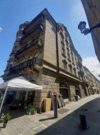 Centre-ville de Metz, au 35 Place du Quarteau, au troisième étage, appartement quatre pièces de 83 m² avec balcon filant, comprenant une entrée, une cuisine, un séjour, trois chambres, une salle de bain et un wc. Chauffage individuel au gaz.  Honoraires d'agence selon LOI ALUR 458.64 € pour la constitution du dossier, la rédaction du bail 3€/m² pour l'état des lieux, soit: 249.36 € Soit un total de 708 €.