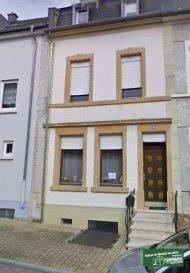 Tempocasa Mondorf vous propose une belle maison mitoyenne de  /- 170m² avec 4 chambres à coucher avec quelque travaux à prevoir:<br> La maison se compose ainsi:<br><br> Au RDC:<br> - Hall d`entrée<br> - Salon/séjour avec accès petit jardin <br> - Cuisine équipée ouverte<br> - WC séparé<br><br><br> A l`étage:<br> - 2  Chambres à coucher de  +/-15m²  <br>-  Salle de bain avec WC<br><br> Sous comble:<br> - 2 chambres<br>-  wc séparé<br><br><br> Au sous-sol  :<br> - Cave <br><br> A voir absolument!!<br> Pour plus d`informations, contactez-nous au 26 54 31 48<br />Ref agence :DK110