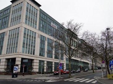 C'est un emplacement de parking (n°50) au 4ème sous-sol de la résidence Schuman se situant à Limperstberg Allée Scheffer. Disponibilité: Immédiate ; Loyer : 180€/mois; Caution : 2 mois de loyer, soit 360 € ; Honoraires d'agence : un mois de loyer + TVA de 17% ; Nombreux commerces et transports en commun (gare, bus, futur tram) à proximité  Pour toute information, merci de contacter Muzalia Sarah via mail:   Sarah@vanlaurits.lu