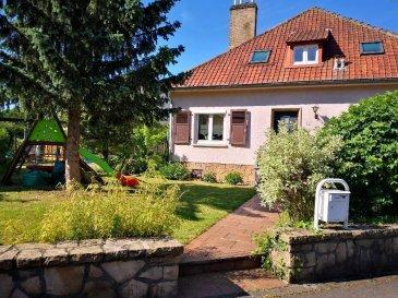 Belle maison 3 chambres + bureau de <br>+/ - 125m2<br>Rénovée en 2012<br><br>VISITES POSSIBLES <br>SAMEDI 16 NOVEMBRE de 14h à 17h et<br>DIMANCHE 17 NOVEMBRE de 9h à 17h<br>sur rv au 661 69 04 20<br><br>Sur un terrain de 2,6 ares, cette maison offre un énorme potentiel avec son grenier aménageable.<br><br>Elle se situe dans une rue calme, proche de la rue de Beggen et de l\'Ambassade de Russie.<br><br>Un arrêt de bus desservant la Cloche d\'Or et notamment le lycee francais Vauban se trouve à proximité.<br><br>Elle se compose comme suit :<br><br>Au rez-de -chaussée :<br>- Salon / salle à manger double lumineux donnant accès à la terrasse<br>- Terrasse donnant accès au jardin<br>- Cuisine moderne toute équipée et ouverte<br>- 1 chambre avec parquet en bambou au sol<br>- 1 salle de douche attenante avec wc<br><br>Au 1er étage :<br>- 2 chambres avec faux parquet flottant<br>- 1 salle de bain avec baignoire, wc, carrelage imitation bois<br>- un bureau atelier avec parquet flottant<br><br>A u 2ème étage:<br>- Grenier aménageable - Accord de la commune pour l\'aménager et rehausser la toiture<br><br>Sous-sol :<br>- Buanderie avec accès au jardin<br>- Atelier<br>- Cave à vin et piève de rangement/ stockage<br>- Chaudière<br>- Garage 1 voiture avec point d\'eau + porte électrique<br><br>Emplacement extérieur devant la maison<br><br><br><br />Ref agence :74