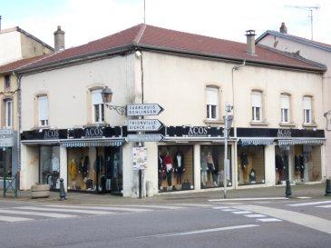 A SAISIR !  LOCAL COMMERCIAL et APPARTEMENT F6   Nous vendons au 2 de la rue de la République à BOUZONVILLE (Moselle), idéalement placé à l\'angle des deux rues commerçantes de la ville,  1) un local commercial de 172 m2 en plain-pied intégral, accès PMR.   Il offre une surface de vente modulable de 142 m2 Des réserves de 22 m2 Espace sanitaires privatifs.  *** Climatisation réversible. *** Surface de vitrine particulièrement importante sur les deux rues passantes de la ville.  Ce local fait actuellement l\'objet d\'un bail de location qui prendra fin le 31 janvier 2020. Le loyer perçu est de 1320 € hors taxes.  2) Un appartement de type F6 avec terrasse privative. Il offre sur une surface habitable de 124 m2 comprenant : Un salon et séjour de 40,20 m2 Une cuisine récemment aménagée et équipée de 9,90 m2 Trois chambres de 12,85 – 12,60 et 16,40 m2 Un espace bureau de 10,10 m2 Une salle de bains de 7,70 m2  Avec sa terrasse privative de 26 m2.  Ce logement fait l\'objet d\'un bail de location en cours depuis le mois d\'août 2018 pour un montant de loyer de 712 €.  *** Toiture de l\'immeuble entièrement refaite en 2018. *** Accès séparés. *** Tous compteurs séparés. *** Rentabilité supérieure à 8 %.  CONTACT :  Gérard STOULIG – Agent commercial au : 06 03 40 33 55 ou l\'agence au : 03 87 36 12 24.  NB : Les frais d\'agence sont inclus dans le prix annoncé.