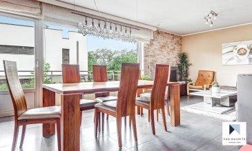 Situé à Mamer, dans une rue calme, au RDC d'une maison bi-familiale, cet appartement de 104 m² habitables se compose comme suit :  un hall d'entrée de ± 9 m² donne accès au séjour de ± 27 m² et à la sa cuisine séparée de ± 14 m², les deux pièces avec une sortie sur le balcon de ± 9 m², une vue sur le jardin, ainsi qu'à trois chambres de ± 13, 14 et 15 m². Ce bien dispose également deux salles de douche de ± 9 et 2 m².  L'appartement est vendu avec un garage fermé pour deux voitures dans le sous-sol et trois emplacements de parking.  Dans les parties communes se trouvent une buanderie et un local pour les vélos.   Généralités : - A 10 min. à pied de la gare de Mamer ; - Situation calme, rue sans issu ; - Jardin privatif avec un abri jardin, un espace BBQ et un local de rangement; - Appartement en très bon état ; - Proximité de l'Ecole Européenne Luxembourg II ; - Accès facile aux réseaux autoroutiers et à la gare de Luxembourg ; - Orientation : sud.  Agent responsable: Katia Gravière au 661 33 29 82 ou katia@vanmaurits.lu