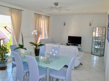 RE/MAX, spécialiste de l'immobilier à Lamadelaine vous propose à la vente ce bel appartement de 2005, aux finitions soignées, d'une superficie de 67,15 m2 habitables. Situé dans une rue très calme, entouré de verdure, dans une petite résidence de dix unités, il se compose de la manière suivante :   Un vaste hall d'entrée, un séjour de 30 m2 avec un accès sur un beau balcon, une cuisine équipée ouverte sur le séjour, une chambre de 19 m2, une salle de bains avec baignoire, douche et WC.  Ce bel appartement est complété par un emplacement intérieur et une cave.  Caractéristiques supplémentaires : double vitrage, chauffage au gaz, situation calme, etcà  Idéal pour premier achat ou investisseur (rentabilité possible de plus de 4%).  Disponibilité à convenir pour y habiter, disponibilité immédiate en tant qu'investisseur. Appartement actuellement loué. Ref agence :5095825