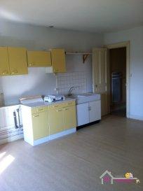 Appartement proche des commodités situé au 3ème étage comprenant une grande pièce, une cuisine, une salle de bains avec douche, des toilettes, un cellier Une place de parking