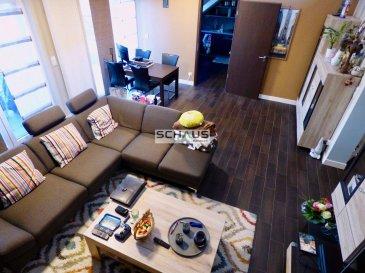 Schaus Immobilier propose à la vente cet appartement lumineux au dernier étage d\'une résidence datant de 2009, se composant comme suit :<br><br>-Hall d\'entrée offrant beaucoup de place, notamment pour l\'aménagement d\'une garde-robe.<br><br>-Grand salon/salle à manger très lumineux avec accès au balcon. Cette pièce bénéficie d\'une belle hauteur sous plafond par son ouverture sur la mezzanine entièrement aménagée.<br><br>-Mezzanine offrant sur environ 20m2 l\'espace idéale pour y installer des bureaux.<br><br>-Cuisine équipée et aménagée avec garde-manger attenant. Les appareils électroménagers à savoir la hotte, la plaque de cuisson, le four et le lave-vaisselle ont été remplacés en 2020. L\'ensemble de la cuisine est en très bon état et se distingue par ses matériaux de qualité notamment son plan de travail en granit.<br><br>-Une première chambre d\'une surface d\'environ 16,80m2, dont le sol est recouvert par du carrelage en optique bois.<br><br>-Une seconde chambre d\'une surface d\'environ 15,40m2, dont le sol est recouvert par du carrelage en optique bois.<br><br>-Une salle de bains équipée d\'une baignoire, WC suspendu et vasque.<br><br>-Un WC séparé avec vasque.<br><br><br>L\'appartement est complété par :<br>-Deux emplacements intérieurs<br>-Une cave privative<br>-Une buanderie commune<br>-Un jardin commun<br><br><br>En ce qui concerne les équipements de la résidence et de la résidence :<br>-Les fenêtres sont en double vitrage<br>-Les volets sont motorisés<br>-La résidence est chauffée au mazout<br>-La résidence compte 7 copropriétaires.<br><br><br>L\'appartement est implanté au c½ur de Mertert avec vue sur la Moselle, à proximité de toutes les commodités notamment :<br>-Transports en commun : La gare est accessible à pied.<br>-Axes de circulation : Les axes de circulation, notamment l\'autoroute est accessible en quelques minutes.<br>-Commerces : Des supermarchés et stations-services se trouvent à proximité immédiate.<br>-Loisirs : Le parc de Mertert et