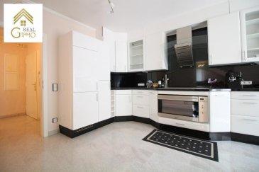 Nous vous proposons en location ce très bel appartement avec des finitions de très haute qualité, fournissant le confort nécessaire aux locataires exigeants.<br><br>Ce duplex se compose d\'une très belle cuisine totalement équipée, d\'un vaste living et d\'une salle à manger.<br><br>Deux chambres à coucher, dont une en suite parentale avec des armoires intégrées.<br><br>Un wc séparé, deux salles de bains et deux emplacements complètent ce magnifique appartement.<br><br>!!! CONTRAT DE TRAVAIL CDI OBLIGATOIRE !!! <br><br>Pour plus de renseignements ou une visite, veuillez contacter le 28.66.39.1.<br><br><br />Ref agence :72267