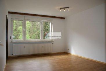 -- FR --<br/><br/>LOUE !!!! IMMO EXCELLENCE vous propose ce joli appartement d\'une surface habitable de 52.30 m2 situé au dernier et troisième étage d\'un immeuble. L\'appartement se compose comme suit : Un hall d\'entrée ( 6.11 m2 ), une belle et moderne cuisine équipée ( 8.54 m2 ), un double séjour ( 17.44 m2 ), une chambre-à-coucher ( 12.25 m2 ), une salle-de-douche ( 5.13 m2 ), un débarras avec raccordement pour une machine-à-laver ( 2.83 m2 ). Plusieurs emplacements pour voiture à proximité. L\'appartement se situe à seulement 10 minutes d\'Echternach. <br />Ref agence :3426763