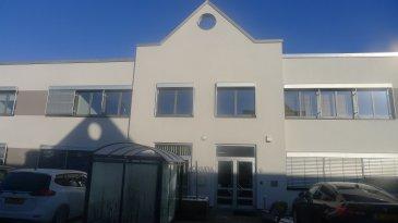 Le bâtiment Olympia se déploie sur 2 étages et peut proposer jusqu'à 90 espaces de bureaux (de 10m² à 150m²) répartis sur ses 1500m².  Bureaux modulables, aménagement intérieur soigné et chaleureux....  Bureau avec fenêtre de 33m² situé au rdch.   Charges: 4,5€ / m² / mois.  Caution: 3 mois de loyer  Commission: 1 mois de loyer + TVA  Bureau meublé: 30€ / mois HTVA  Parking extérieur: 85€ / mois HTVA.   15 minutes de Luxembourg-ville, 10minutes d'Arlon.