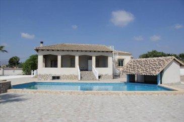 Votre agence Vitrin\'Immo vous propose dès aujourd\'hui d\'acquérir cette magnifique villa de luxe en Espagne, à 30 minutes de la ville d\'Alicante!<br><br>Amateurs de vacances et de chaleur au quotidien, découvrez cette villa construite idéalement, à mi-chemin entre campagne et ville dans un secteur proche des commodités et de la plage. Plain-pied avec aucun mur mitoyen!<br><br>Vous trouverez dans cette villa une pièce de vie comprenant salon-séjour et équipée d\'une cheminée, une cuisine indépendante aménagée, trois chambres doubles et deux salles de bains avec WC dont une avec douche italienne. Une spacieuse cave de 350m² figure également au sous-sol. Sols en grès.<br><br>A l\'extérieur, en plus de la place de parking réservée, vous pourrez profiter d\'une magnifique piscine privée juxtaposant la terrasse, avec espace jacuzzi-hydromassage, située juste à côté d\'une cuisine d\'extérieur avec barbecue!<br><br>Un bien neuf et de qualité dans un cadre paradisiaque... Pourquoi ne pas tenter l\'aventure?<br><br>A NE PAS RATER!<br>