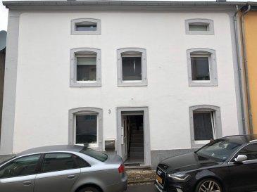 AVIS aux investisseurs ! Rentabilité locative !   FIS Immobilière vous propose à la vente, une maison bi-familiale à deux côtés libre de 185 m2 habitable dans une rue calme et proche de toutes commodités.   La maison est louée pour l'instant pour +/- 2.500 €  La maison se compose comme suit :  Rez-de-chaussée  - Studio de +/- 25 m2   1er étage  - Hall : 5 m2, - 1 salle de bain, - 1 cuisine, - 1 chambre, - 1 living avec accès balcon.   2ième étage  - 1 living avec cuisine, - 1 salle de bain, - 2 chambres.   Sous-sol  - Cave, - Chaufferie / Chaudière à gaz.   De plus, la maison a un garage avec accès facile derrière la maison.   Êtes-vous intéressé ?  Toute l'équipe de FIS Immo. est à votre disposition pour répondre à toutes vos questions au +352 621 278 925