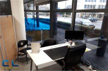 Bureau au rez-de-chaussée avec grande  vitrine Idéalement situé à la Place Benelux, ayant des bons accès autoroutiers et facilité de stationnement. Le bureau est constitué d\'un espace privatif équipé d\'un bureau, d\'une chaise de bureau, d\'une armoire pour dossiers et d\'un caisson , ainsi que d\'un espace partagé; l\'accès à une cuisine (équipée de divers électroménagers), et a un WC. séparé. Le loyer mensuel s\'élève à 330 €, la caution est de deux mois. Les fais d\'agence s\'élèvent à (330 € +TVA ) sont à charge du locataire.                                                                                                                                                     Ref agence : EALVB3