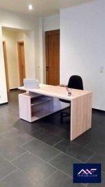 Situé côte d\'Eich au RDC à 2 pas de la Place d\'Argent, du Boulevard Royal et du Kirchberg, A LOUER BUREAU MEUBLE et RENOVE en open space.  Belle accessibilité et visibilité du fait de sa position côte d\'Eich.  + Garage à louer en supplément. + Les bureaux sont meublés, le ménage des parties communes et le WIFI est inclus.  Seul 3 bureaux se partagent en open space une pièce de 28m²!  Idéal pour toute activité tertiaire de bureau ou société de services.  Facilité de se garer dans le quartier (3 parking publics). + LOYER : 300 EUR/mois + CHARGES : 50 EUR/mois + Caution : 700 EUR + Frais d\'agence : 410 EUR TTC + Disponibilité : immédiate  A VISITER SANS HESITER !  A 5 minutes du :  - Centre-ville, - Kirchberg, - Boulevard Royal, - Arrêts de Bus et accès autoroutiers A1, A3 et A6.  A proximité à pied Place d\'Argent : - Restaurant, épicerie, petits supermarchés, - Stations essences, - Médecin, Pharmacie et Clinique d\'Eich, - Parcs, Clubs de Fitness, parcours de jogging? Ref agence :L_buro_Eich_openspace2