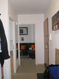 Appartement type F3 situé au 4éme étage avec ascenseur comprenant une entrée avec plarcard, cuisine équipée ouverte sur salon-séjour donant accès à un balcon exposé Sud, salle d'eau avec rangements, wc séparé et deux chambres dont une avec placard.