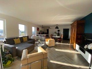 Au 4ème et dernier étage avec ascenseur d'une résidence neuve au centre de Thionville et proche de toutes commodités, venez découvrir ce magnifique appartement d'où l'on peut admirer le coucher du soleil. Baignée de lumière, spacieuse pièce à vivre de plus de 45 m² avec sa cuisine design équipée, une belle terrasse couverte sans vis à vis de 13m² orientée Sud-Ouest., trois chambres  ( de 12.5m²-10.41m² avec un dressing, 11.85m² avec un cellier-buanderie attenante), wc séparé suspendu et son lave mains, une salle de bain et sa douche à l'italienne, chauffage au sol au gaz, volets roulants électriques, un place de parking couverte, normes handicapées, appartement domotisé,  belles finitions, prestations haute de gamme,  prix 425 000€ FAI ( dont 3.7% HA)