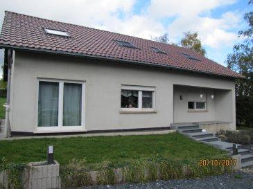 En Exclusivité !! RE/MAX Select, spécialiste de l'immobilier à Wahl près de Grosbous, vous propose cette spacieuse maison rénovée de +/- 270 m² au total dont +/- 225 m² habitables, avec beaucoup de potentiel grâce à son vaste terrain de +/- 35 ares. La maison est libre des 4 côtés.   L'ensemble des installations électriques, plomberies, chaudière, toiture, isolation ainsi que la façade ont été refait à neuf. L'intérieur de cette maison de campagne a aussi été rénové avec goût et de la qualité (cuisine moderne et équipée, des pièces spacieuses, isolations et radiateurs récents, etc).  La composition est la suivante:  Au rez-de-chaussée: - grand hall d'entrée  - living - salon avec grande cuisine ouverte et moderne - grande salle à manger lumineuse - 2 pièces de 13,80 m2 chacune - une salle de douche avec WC intégré.  Au 1er étage: - mezzanine spacieuse  - 3 grandes chambres à coucher (12,5m²,17m² et 21,5m²), un peu mansardés avec des fenêtres Velux - une grande salle de bain avec baignoire, double lavabo et WC intégré.  La possibilité d'aménager un garage pour un ou deux voitures!! L'accès aux espaces garage et cave se fait par l'arrière de cette maison.  Cette maison à beaucoup de potentiel et représente un investissement très intéressant. On est à +/- 30km de Luxembourg-ville,     Un arrêt de bus se trouve à 200m et dessert les principales villes du Grand-Duché de Luxembourg.   Bardia Allami: +352 621 150 966