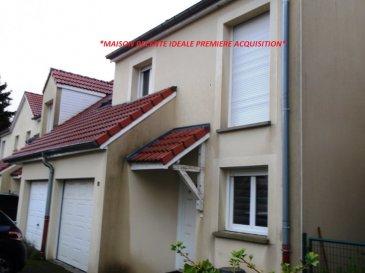 *FLORANGE, MAISON DE 2012  JUMELEE  DE TYPE F4 A SAISIR*. Idéal petit budget, à Florange, entre Metz et Thionville, proche de toutes les commodités, A4/A31, écoles, supermarchés...Dans un charmant lotissement, belle maison mitoyenne et jumelée d\' un côté de 2012 située dans une impasse. D\'une superficie de 85 m² habitable, celle-ci conviendra parfaitement à un travailleur frontalier, idéale pour un premier bien, couple avec ou sans enfant.<br/>- A votre arrivée, vous disposerez d\'une belle pièce à vivre de 30 m² environ comprenant une cuisine ouverte équipée et aménagée, le tout donnant accès direct sur sa terrasse et son jardin orienté plein sud !<br/>Un wc indépendant comprenant un lave mains.<br/>-A l\'étage : l\' espace nuit comprend 3 belles chambres ( 9, 10 et 12m² ).<br/>Une salle de bain comprenant une baignoire, un meuble vasque et un wc.<br/>Pour compléter ce bien, un garage motorisé ainsi qu\' une place de parking privative.<br/>Pour votre confort, cette maison bénéficie d\' un poêle à granulés et du chauffage au Sol  pour la partie jour. A découvrir rapidement....<br/>Merci de contacter le 06 33 83 40 82 Sandrine Di Francesco Siret 78900935400018 qui vous acompagnera dans votre futur projet, visites, conseils, financement.