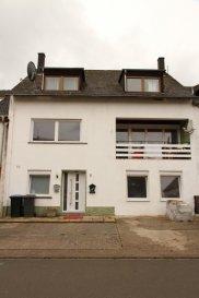 Angeboten wird in Rivenich ein Mittenreihenhaus mit ca. 202 m² Wohnfläche, einem Grundstück von ca. 178 m² und vier Stellplätzen vor dem Haus. Das Gebäude verfügt über zwei Vollgeschosse, und ein ausgegautes Dachgeschoss mit einer Loggia im 1. OG. Das Haus wurde 1970 gebaut und in 2018/2019 general saniert. Es ist zur Zeit vermietet und kann auf Wunsch mietfrei verkauft werden. Geignet ist das Haus für eine große Familie.