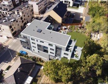 RE/MAX Luxembourg, spécialiste de l'immobilier à Junglinster, vous propose cet appartement situé à Junglinster dans une résidence en future construction. Cette résidence s'implante idéalement en plein cœur de Junglinster, proche de toutes commodités ( commerces, transports en commun...). L'appartement se trouve au 3ème et dernier étage avec ascenseur. Il dispose d'une grande terrasse de 33 m² Il est vendu avec 2 emplacements intérieurs et une cave (l'ensemble étant inclus dans le prix) Finitions intérieures de haut standing Plans et cahier des charges disponibles sur demande. Le prix affiché comprend la TVA mixte (sous condition d'acceptation de votre dossier par l'administration de l'enregistrement et des domaines) et la commission d'agence de 2%+TVA.
