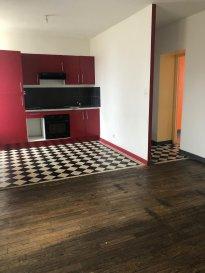 APPARTEMENT F4 - LUNEVILLE   A louer à LUNEVILLE, proche zone industrielle et de toute les commodités, appartement de type F4 de 64m2 comprenant une entrée, une salle de bains, trois chambres, une cuisine aménagée et équipée ouverte sur le salon/séjour.