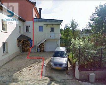 HOMESELL Immo vous propose une maison atypique à rénover qui se compose comme suit:<br><br>Partie habitable accessible à l\'étage qui donne de suite sur le salon, 1 grande chambre, 1 bureau (utilisé en tant que chambre enfant) 1 salle de douche, cuisine traversant vers un espace salon qui par la suite donne accès vers un jardin de +/- 2ares.<br> <br>Sur la partie rez-de-chaussée nous disposons d\'un garage avec un espace atelier ainsi que d\'un studio de +/- 40m² (chambre, cuisine et salle de bain) actuellement en location.<br><br>Les intéressés auront aussi la possibilité d\'acquérir à l\'arrière de cette parcelle un très grand jardin de 3,69a.