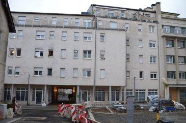 Votre agence IMMO LORENA de Pétange vous propose un appartement situé au deuxième étage avec ascenseur de 91 m2 décomposé de la façon suivante:  - Un hall d'entrée de 10,45 - Une Cuisine ouverte et salon de 38,85 m2 - Une chambre de 15,36 m2 - Deuxième chambre de 16,14 m2 donnant accès a la terrasse de 5 m2 - Salle de douche avec baignoire de 3,87 m2 - WC séparé de 1,45 m2  L'appartement dispose également d'une cave privative ainsi qu'un emplacement intérieur privatif.  À VOIR ABSOLUMENT!  3% du prix de vente à la charge de la partie venderesse + 17% TVA Pas de frais pour le futur acquéreur  Pour tout contact: Joanna RICKAL: 621 36 56 40 (FR) Vitor Pires: 691 761 110 (PT, IT, UK, FR)  L'agence Immo Lorena est à votre disposition pour toutes vos recherches ainsi que pour vos transactions LOCATIONS ET VENTES au Luxembourg, en France et en Belgique. Nous sommes également ouverts les samedis de 10h à 19h sans interruption. Détails de la vente