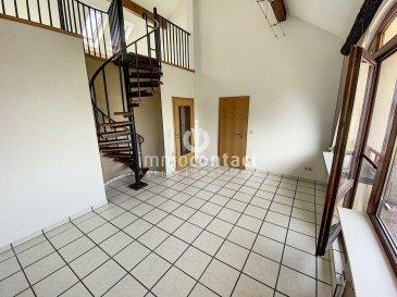 Charmant duplex situé à Hagen, commune de Steinfort, proche frontière belge et à 25 minutes de Luxembourg-ville.  Résidence à 6 unités, appartement en dernier étage de +/-90m2, offrant:  - Hall d'entrée - Cuisine équipée individuelle - Living accès balcon avec vue dégagée - chambre à coucher donnant sur l'arrière - bureau - 1 salle de bain avec fenêtre - 1 WC séparé  A l'étage:  - 1 grande chambre de +/-25m2 avec débarras/dressing.  Sous-sol: - garage box de +/-17m2 - emplacement extérieur - buanderie commune  Ce bien est disponible de suite.  A savoir:  - Façade refaite en 2017 - Vélux électrique récent - Fibres présente dans la résidence  Pour toutes informations, contactez-nous au 26.311.992.  Pour une estimation de votre bien (sous 48H), contactez-nous au 621.75 86 43.