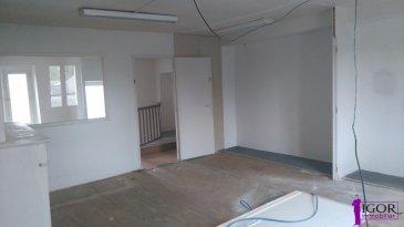 A LOUER Bureau Rèf N° 3881. A louer bureau centre bourg de Derval, emplacement n°1<br/>se composant : d\'une entrée de 5 m² au rez-de-chaussé, à l\'étage un bureau de 27 m²  ainsi qu\'un coin salle de repos d\'environ 5 m², WC.<br/>Surface : 38 m² environ<br/>loyer : 200€, frais d\'agence : 270€, dépôt de Garanti : 600€