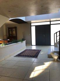 Thionville Guentrange Dans une impasse calme: Maison individuelle édifiée en 2000 sur 11 ares de terrain clos et arboré avec piscine chauffée. Comprenant  en rez-de-chaussée hall d'entrée avec placard, wc et lave mains, espace bureau, partie jour avec cheminée centrale et cuisine équipée ouverte donnant accès à une vaste terrasse exposée SUD. A l'étage, un espace bureau en mezzanine, une chambre parentale avec placards et salle de bains attenante (douche et baignoire). Rez-de-jardin composé de deux chambres, salle d'eau et wc séparé. Lingerie, chaufferie, caves, cave à vin. Chauffage gaz mixte ( sol et radiateur). Abris de jardin, local technique piscine.