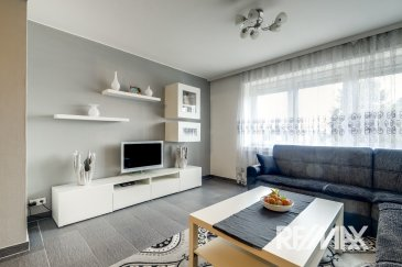 RE/MAX Select, spécialiste de l'immobilier à Luxembourg vous propose à la vente ce charmant appartement, aux finitions soignées, d'une superficie de 75 m² habitables. Situé dans une rue très calme, au troisième étage d'une petite résidence de six unités, il se compose de la manière suivante :   Un vaste hall d'entrée d'environ 6.5m², un séjour/salle à manger de 25 m², une cuisine d'environ 8 m² équipée possible d'ouvrir sur le séjour, une première chambre de 15 m², une deuxième chambre de 11 m² avec un balcon donnant sur un jardin, une salle de douche, emplacement machine à laver et sèche linge, un WC séparé avec lave mains.  Ce bel appartement est complété par un garage et une cave.  Caractéristiques supplémentaires : triple vitrage, chauffage au gaz, situation calme, rénovation soignée et de qualité, etc.  Informations utiles : peinture de l'appartement refaite.  Disponibilité à convenir.  Coup de cœur assuré !  Thierry Marteau : 691 357 002