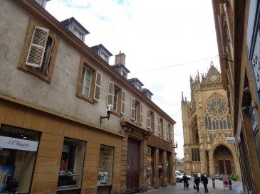 Centre ville de Metz, 1 rue Ambroise Thomas, au deuxième étage, spacieux appartement de deux pièces d'une surface de 77.95 m² comprenant un séjour lumineux, une chambre, une cuisine séparée, une salle de bains avec wc et une buanderie. Chauffage individuel au gaz.  Honoraires d'agence selon LOI ALUR 486.15 € pour la visite, la constitution du dossier, la rédaction du bail 3€/m² pour l'état des lieux, soit: 233.85 € Soit un total de 720 €.