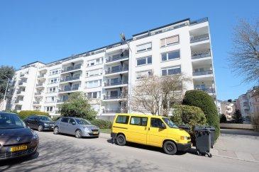 Luxembourg Merl-Hollerich, 48, rue de la Toison d'Or, en face du parc de Merl, bel appartement très lumineux de 68m2 habitables situé au 6ème et dernier étage avec ascenseur, dans une résidence de 1961 et comprenant : entrée avec placards encastrés, living avec accès balcon/terrasse de 6m2, vu sur la ville, une cuisine équipée séparée, débarras avec lave-linge, une salle de douche avec WC, grande chambre à coucher avec placards encastrés, cave, libre le 1er juin 2021.  Pour un couple au maximum. Visites : Rosalba MAITRE, Téléphone : 691 550 189 Email : rosalba@parkagence.lu