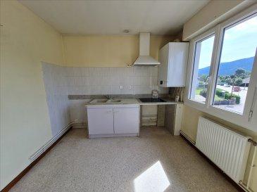 Appt F2 au 1er étage comp: cuisine aménagée, séjour, 1 chbre avec placard , SDB, wc séparés,  Parking. CC gaz de ville.